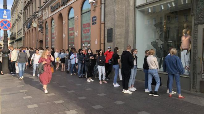 В открывшийся на Невском магазин Zara выстроилась внушительная очередь