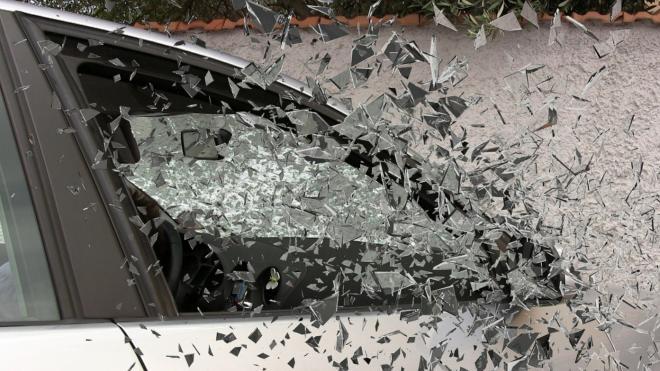 Неизвестный разбил стекло и прострелил мужчине ногу из-за громкой музыки в салоне авто в Петербурге