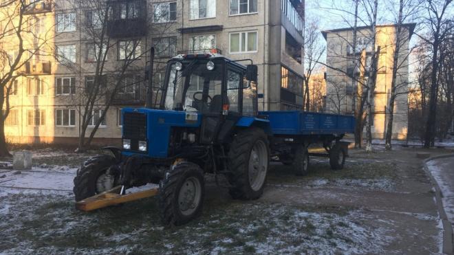 На Бухарестской три дня припаркован трактор: он мешает выезду из двора