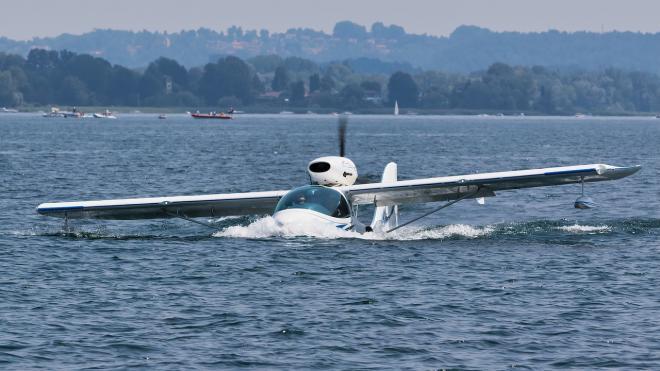 В ХМАО в озеро упал легкомоторный самолет