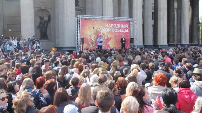 Четыре тысячи петербуржцев спели фронтовые песни у Казанского собора
