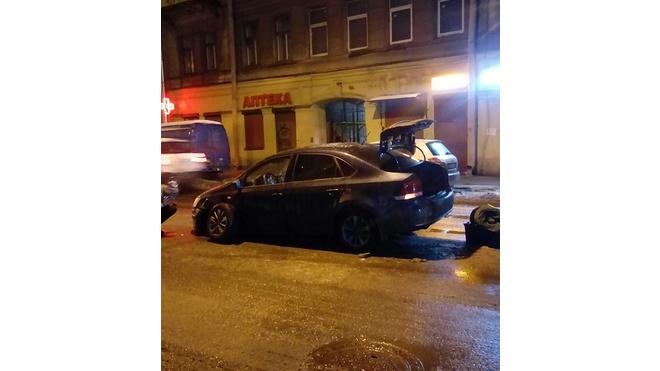 На Разъезжей улице водитель протаранил два авто и скрылся