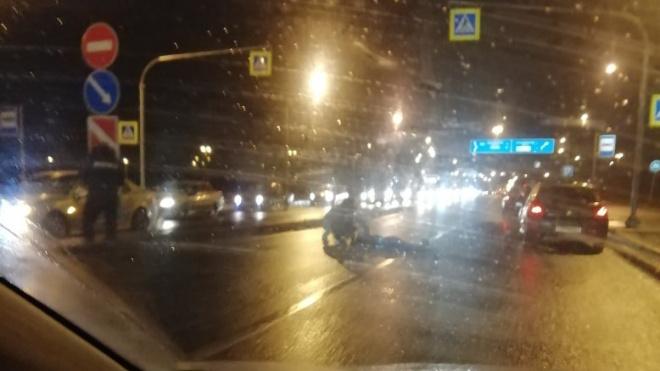 На выезде из Колпино пешеход попал под колеса машины