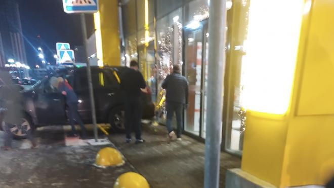 Автомобиль в Петербурге въехал в гипермаркет