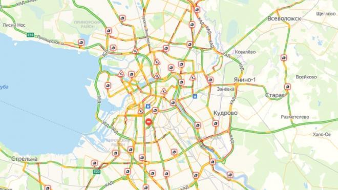 Утром дороги Петербурга сковали аномальные пробки