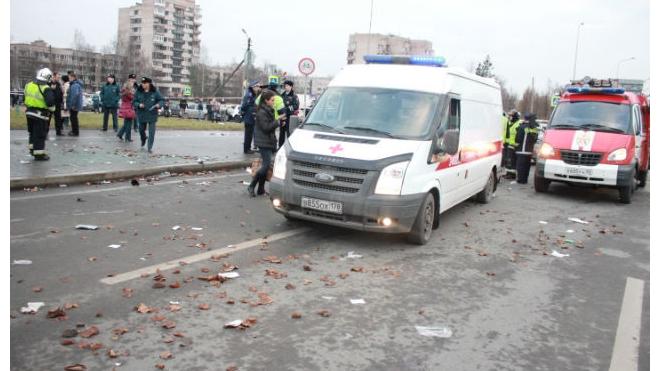 Volkswagen врезался в остановку в Петербурге: шесть пешеходов пострадали