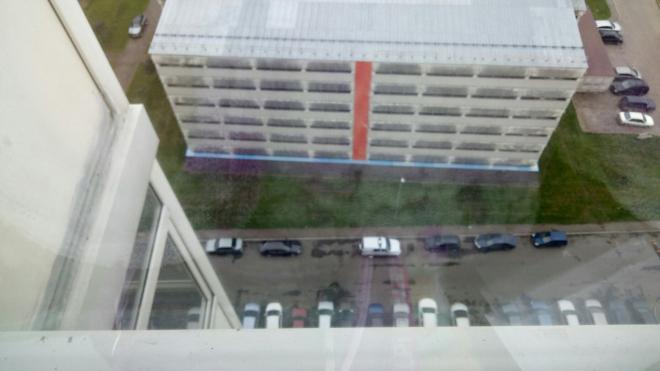 На проспекте Героев длинноволосый парень выпал из окна и разбился насмерть