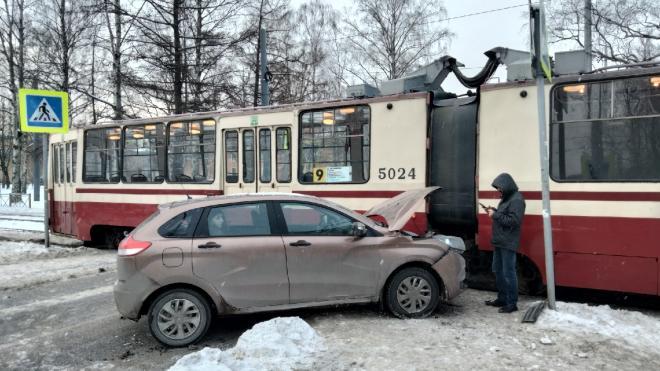 """На перекрестке Ярославского и Енотаевской столкнулись """"Лада"""" и трамвай"""