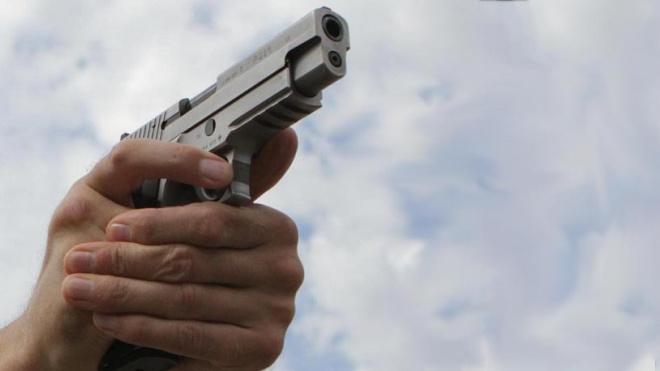 Курский полицейский отгонял детей от машины пистолетом
