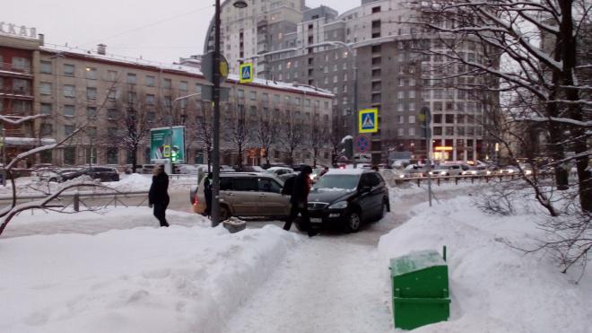 В Приморском районе ДТП из двух автомобилей заблокировало въезд во двор жильцам