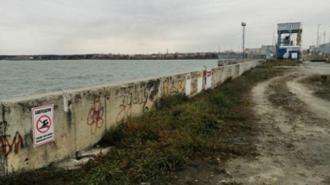 С дамбы Новосибирской ГЭС три человека упали в воду из-за фотоснимка