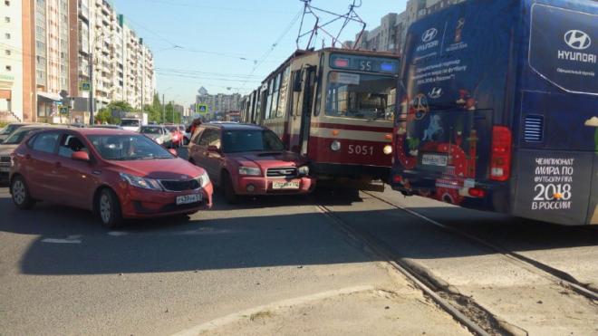 ДТП с трамваем на пересечении Стародеревенской улицы с Богатырским проспектом