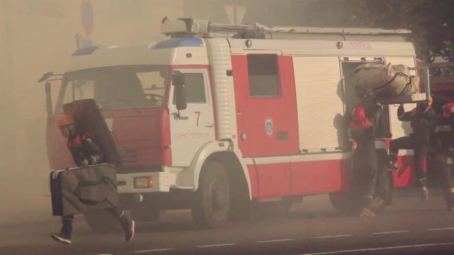 На Петергофском шоссе по повышенном рангу более 100 пожарных тушат здание