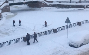 Фотофакт: дворники убирали снег с поверхности Крюкова канала