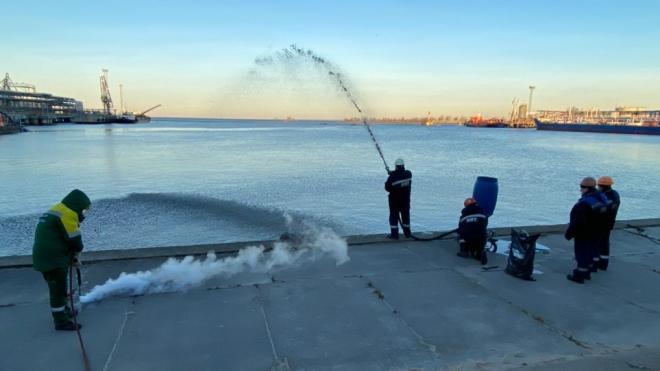 В Большом порту Петербурга провели учения по ликвидации нефтеразлива