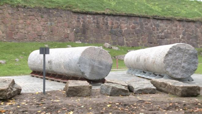 В Выборге установили колонны, поднятые со дна Финского залива