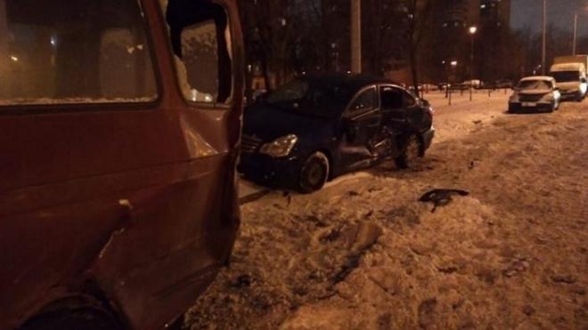 """На Маршала Блюхера """"Рено"""" столкнулся с тремя припаркованными машинами"""