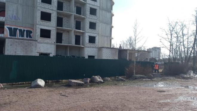 """После вмешательства администрации Выборгского района недостроенный ЖК """"Брусника"""" обещали огородить"""