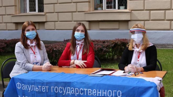 В Петербурге прошла одна из первых церемоний вручения дипломов офлайн