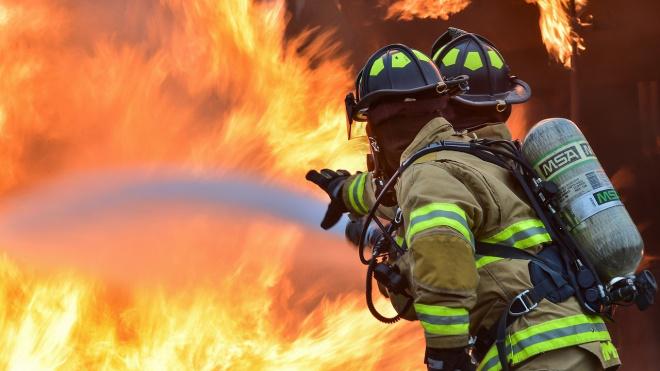 В Выборгском районе сотрудники МЧС потушили частное здание