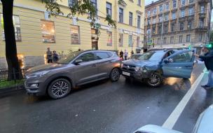 На перекрестке Загородного проспекта и Социалистической улицы столкнулись две иномарки