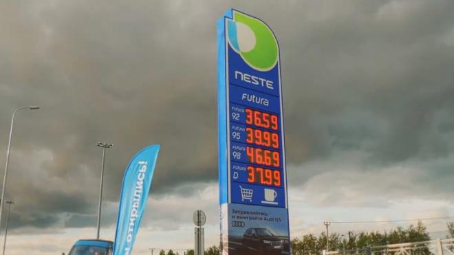 """Заправки Neste в Петербурге """"едят"""" банковские карты клиентов, компания не торопится возвращать их людям"""