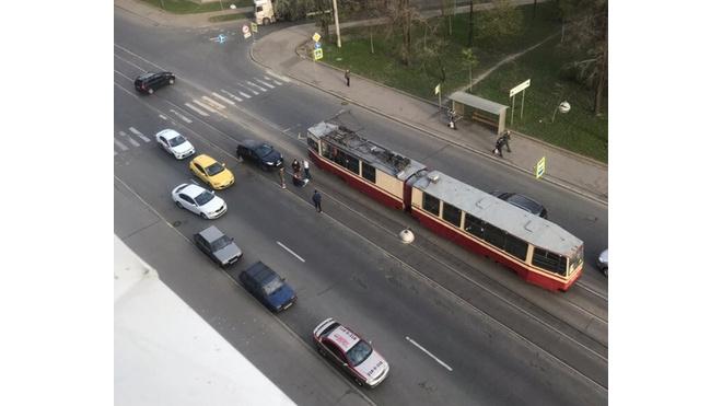 На Трефолева ехавший по трамвайным путям автомобиль сбил петербурженку