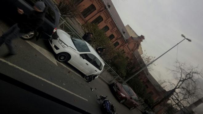 Очевидцы: На проспекте Обуховской обороны мотоциклист врезался в иномарку