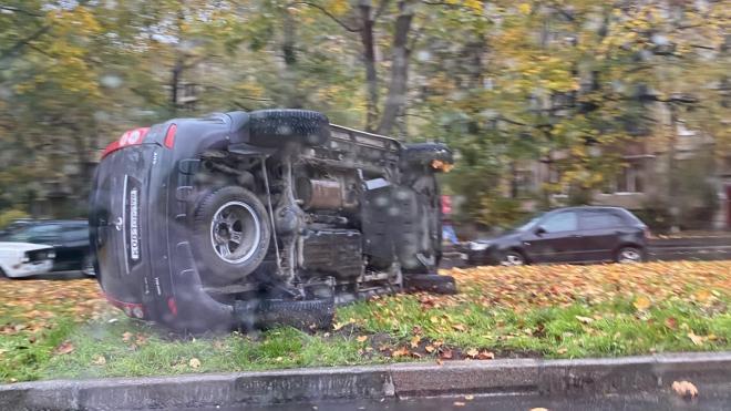 На Краснопутиловской улице китайское авто завалилось на бок на газоне