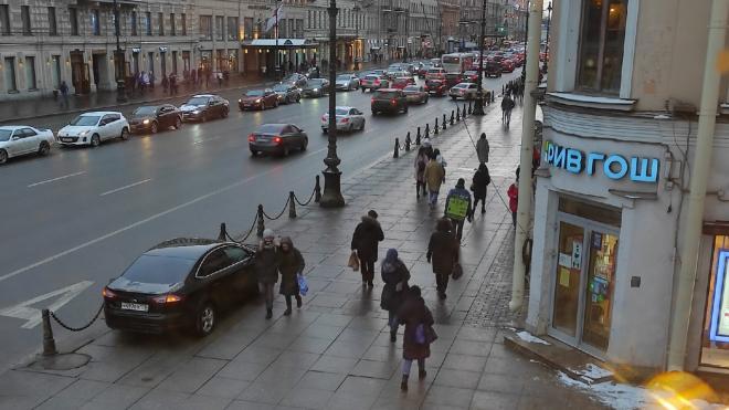 Ford с правительственными номерами заметили на тротуаре в центре Петербурга