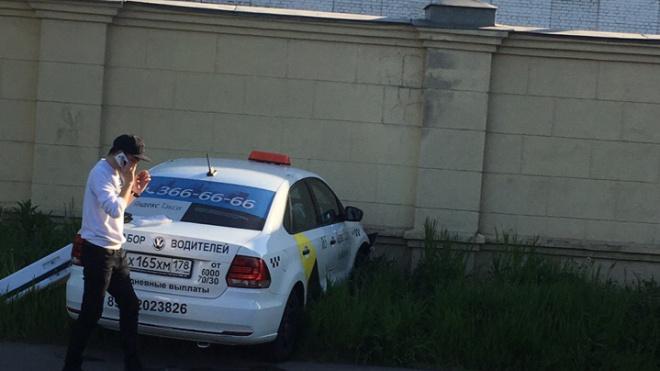 """В Расстанном переулке """"Яндекс.Такси"""" протаранило бетонный забор"""