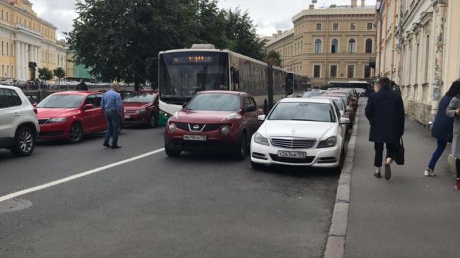 Фото: водитель легковушки припарковался на полосе и час не давал проехать автобусам
