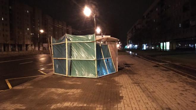 На Пограничника Гарькавого палатку из-за ветра отнесло к автобусной остановке