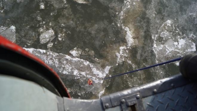 В Хабаровске спасатели сняли двух детей с дрейфующей льдины