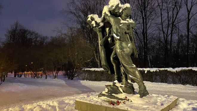 Ко Дню защитника Отечества в парке Победы пять памятников получили подсветку