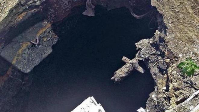 Житель Приморья провалился в 15-метровую воронку, образовавшуюся у него во дворе