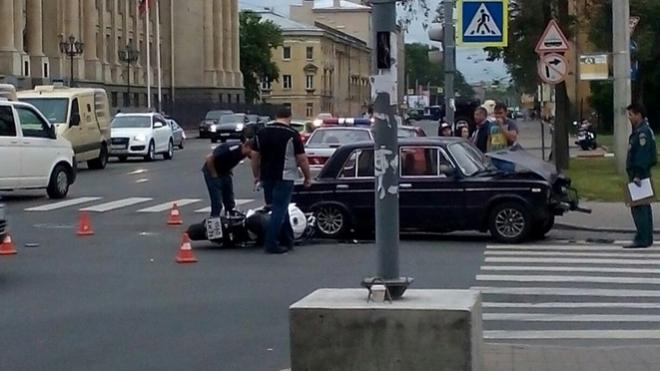 """На Васильевском острове """"шестерка"""" столкнулась с мотоциклом"""