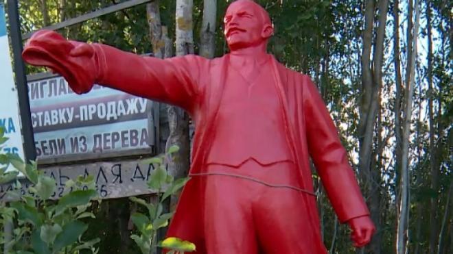 В Выборгском районе появился красный памятник Ленину