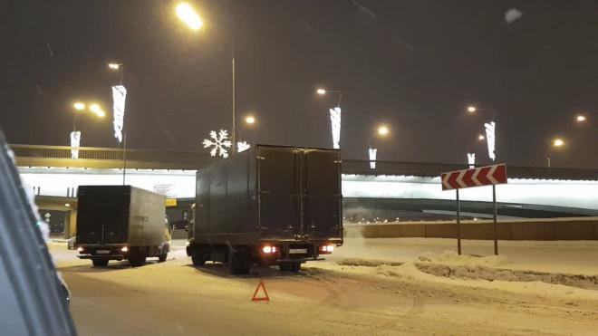 Около моста на Александра Невского столкнулись 2 грузовика и легковушка