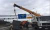 Приехавший убрать мусоровоз кран перегородил движение на севере КАД