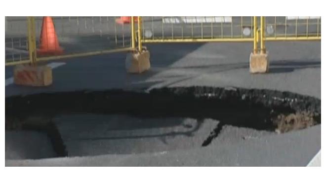 Двухметровая воронка на Пироговской набережной привела к дорожному коллапсу