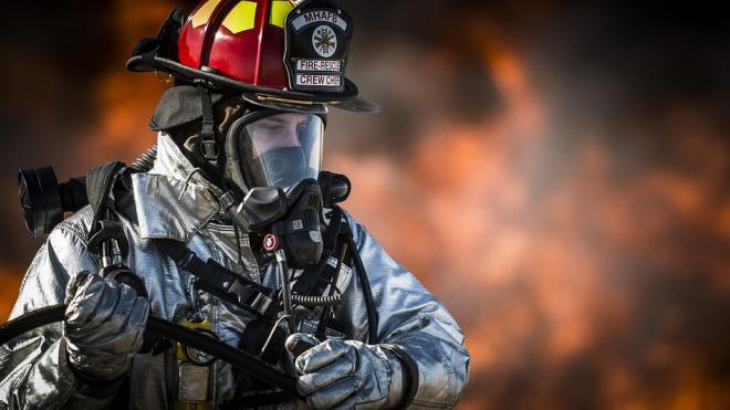 Пожарные полтора часа тушили горящий завод во Всеволожском районе