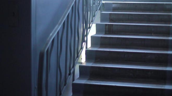 На Комендантском ученица коррекционной школы случайно упала с лестничного пролета