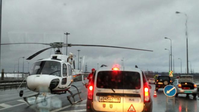 """На КАДе у """"Мега Парнас"""" вертолет забрал пострадавшего в аварии ребенка"""