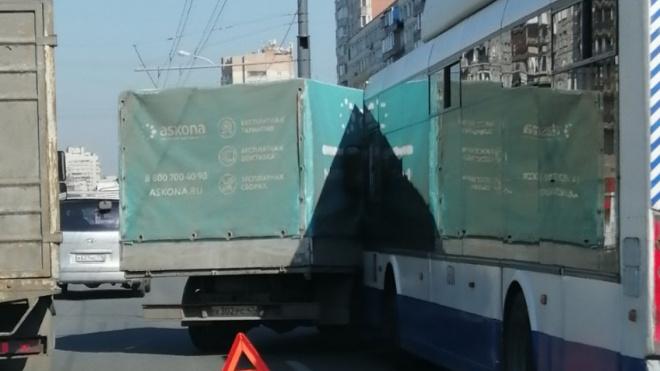 """В Купчино столкнулись """"ГАЗель""""и троллейбус: собирается пробка"""