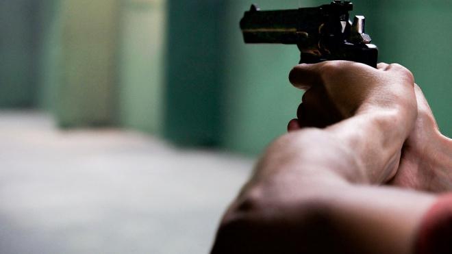 Мужчина в очках и с пистолетом ограбил микрофинансовую организацию в Петербурге