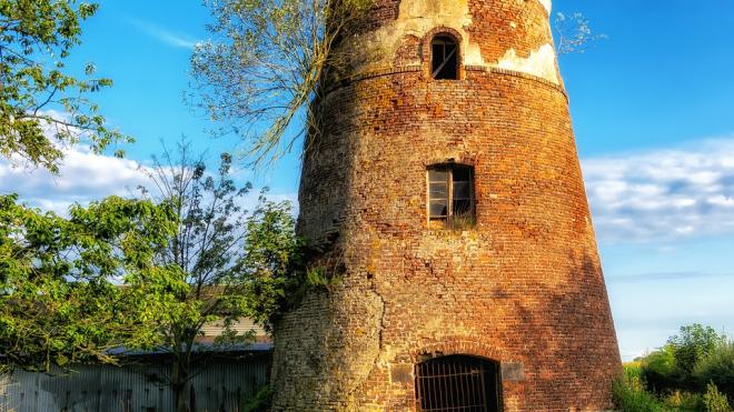 С башни «Копорье» упал 13-летний школьник
