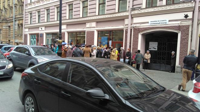 """Около офиса """"Аэрофлота"""" выстроилась очередь ветеранов ВОВ"""