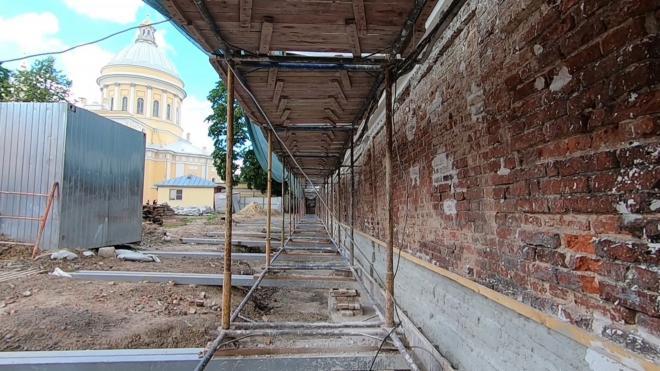 В этом году завершится реставрация подпорной стены Александро-Невской лавры протяженностью 200 метров
