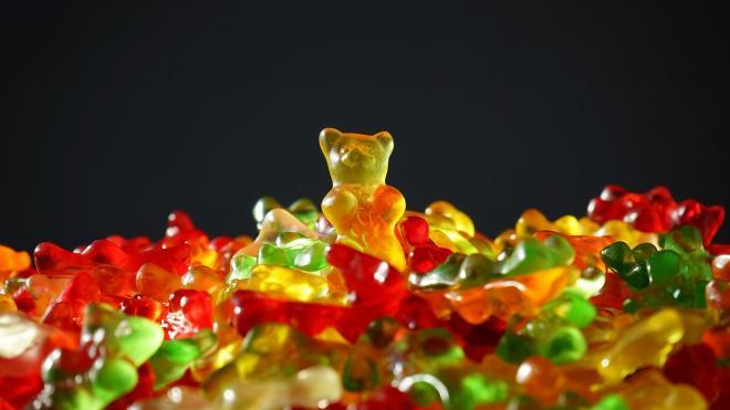 УФАС установила незаконность закупки новогодних сладких наборов, которые подарил детям Макаров